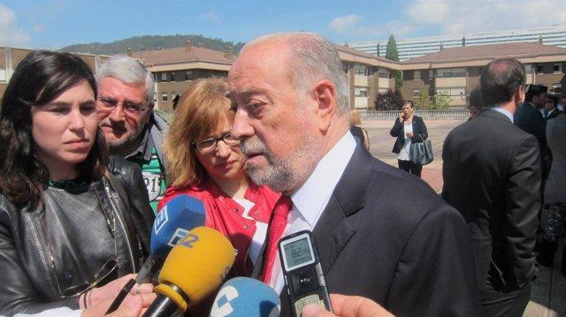 Gabino de Lorenzo hace declaraciones a los medios en un acto de la Guardia Civil