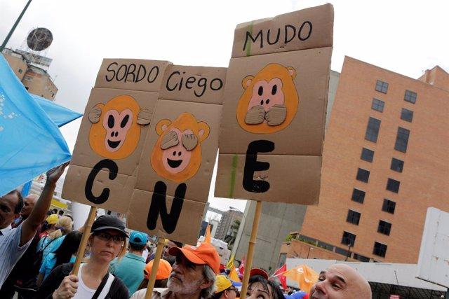 Pancartas contra el CNE durante una manifestación en Venezuela