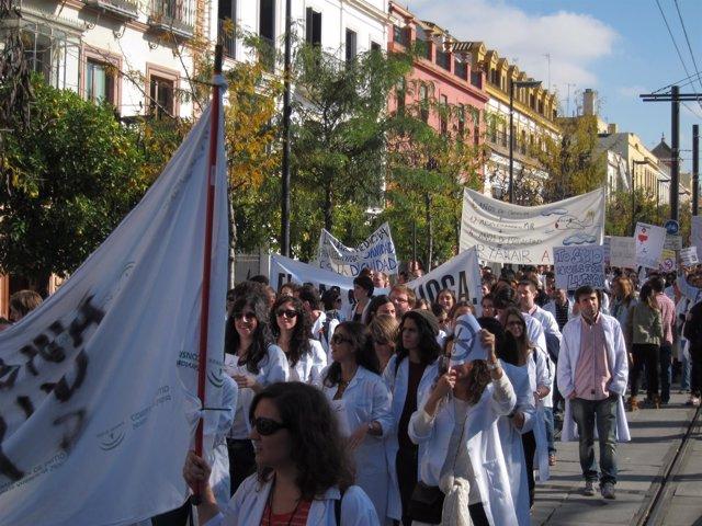 Sanitarios residentes protestan por los recortes del SAS