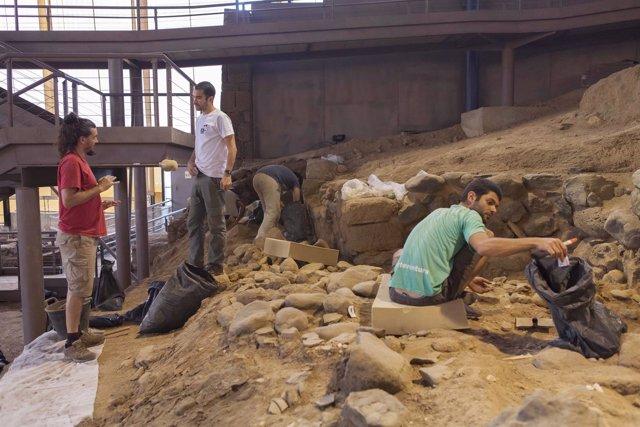 Momento de la excavación del II Campus Cueva Pintada