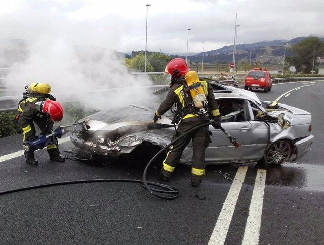 Un coche se incendia en la A8 tras dar dos vueltas de campana