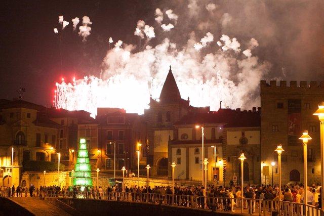 Fuegos artificiales en la noche del 15 de agosto, en Gijón.