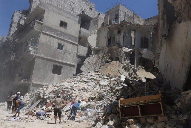Efectos de un bombardeo en un barrio rebelde de Alepo