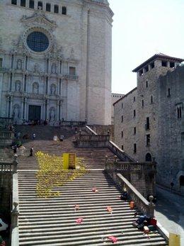 Mural de la ANC en la escalinata de la catedral de Girona