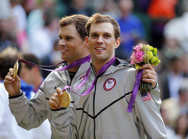 Los hermanos Bryan tras conseguir el oro olímpico en dobles