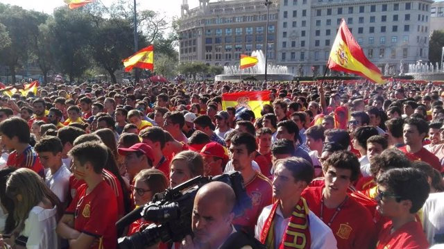 Concentración de aficionados de la selección española en Barcelona