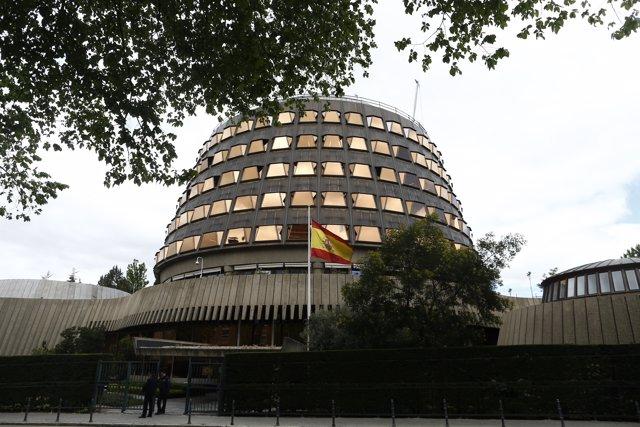La bandera de España ondea en el Tribunal Constitucional