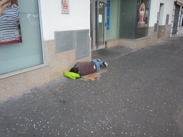 Mendigo durmiendo en la calle
