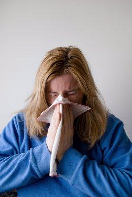 Mujer con gripe, resfriado