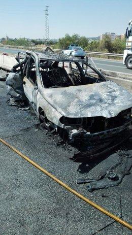 Vehículo incendiado en Camas.