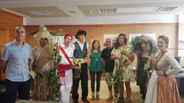 La directora general de Turismo con miembros del 'Ball dels Salvatges'