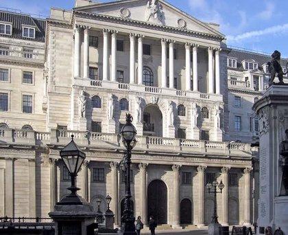El Banco de Inglaterra baja los tipos al mínimo histórico del 0,25% y amplía sus compras de activos