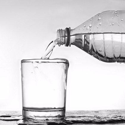 Experto recomienda a las personas mayores beber entre 2 y 3 litros de agua al día para evitar la deshidratación