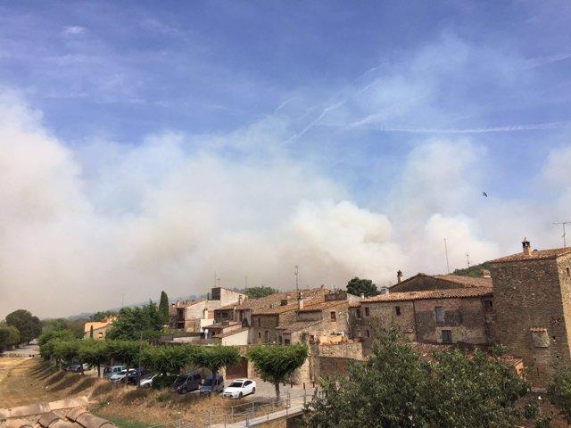 Vista desde Monells del humo del incendio declarado en Cruïlles (Girona)