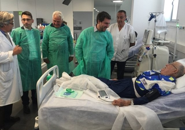 El conseller T.Comín en una visita en el Hospital de Olot