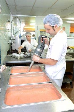 Dos profesionales elaboran gazpacho en el Complejo Hospitalario de Jaén.