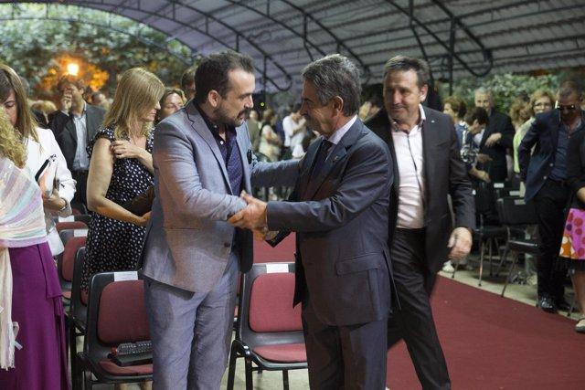 Revilla con Nacho Vigalondo en el pregón del Día de Cantabria