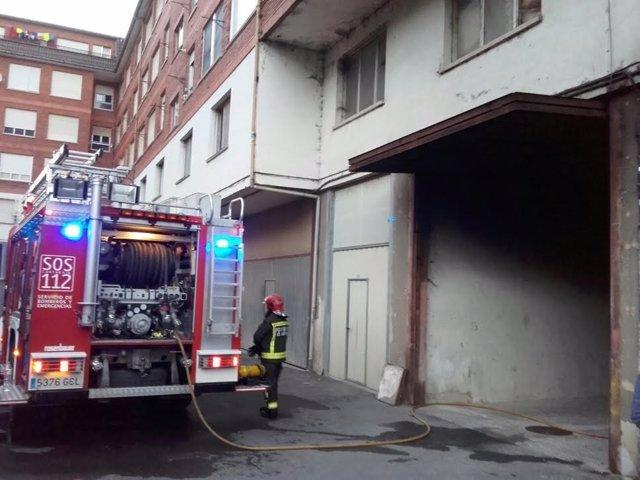 Bomberos sofocan un incendio en un garaje
