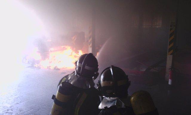 Incendio de vehículo en una nave