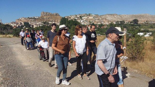 Broto pasea con personas de la residencia de mayores