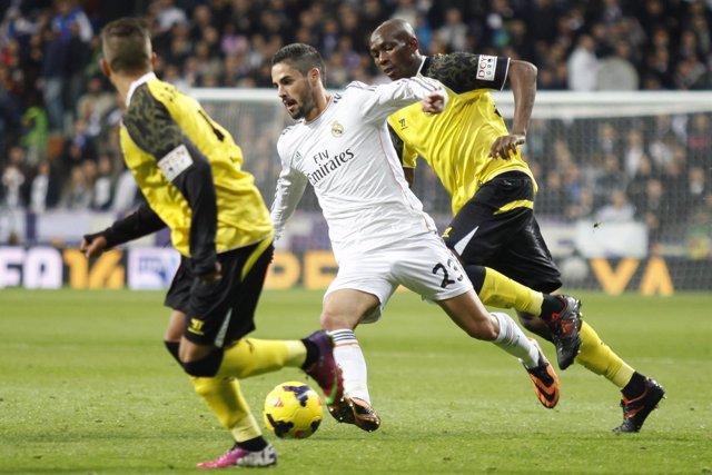 Isco intenta desbordar a Mbia en el Real Madrid-Sevilla de 2013-14