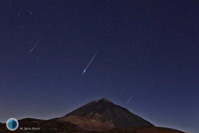 Lluvia de estrellas fugaces Perseidas sobre el Teide el 13 de agosto de 2014