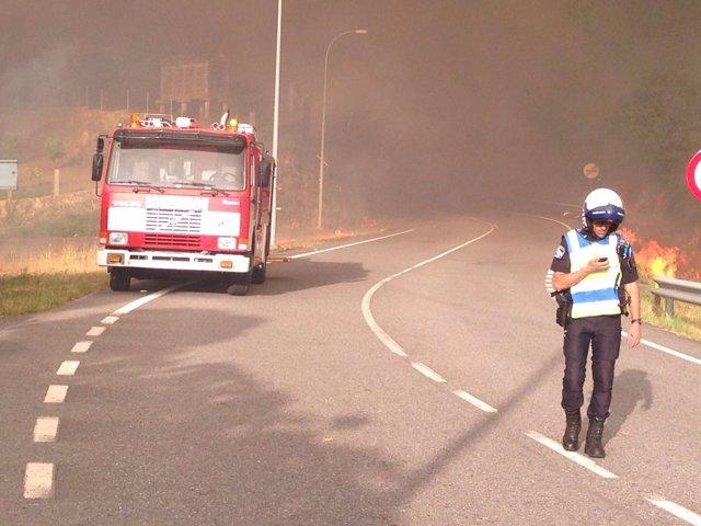 Desalojo de los vecinos a causa de un incendio forestal en Cotobade (Pontevedra)
