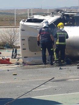 Rescate al conductor de un camión siniestrado en Garrucha