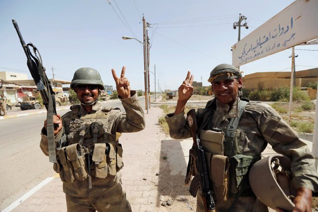 Militares iraquíes celebran los avances sobre la ciudad de Faluya