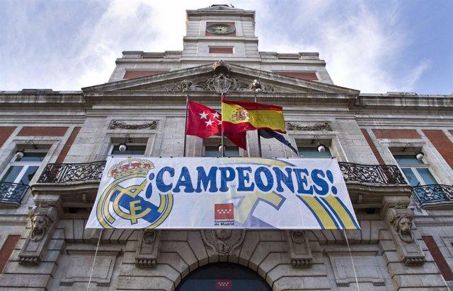 Fachada de la Comunidad con bandera del Real Madrid