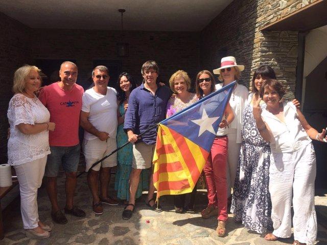 El pte.C.Puigdemont con P.Rahola, J.Laporta y otros amigos