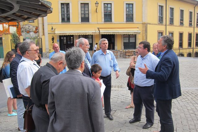 Los concejales de C's, Luis Pacho y Luis Zaragoza, con los vecinos del Antiguo.