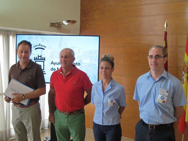 El concejal posa con el jefe de la Brigada y dos de los miembros
