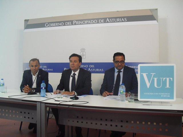 El consejero Francisco Blanco presenta el decreto sobre viviendas vacacionales.