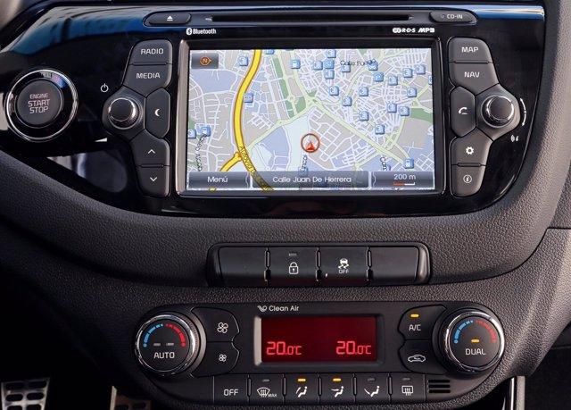 Detalles Interior Nuevo Kia Cee'd Cinco Puertas - Volante, GPS, Cuentakilómetros