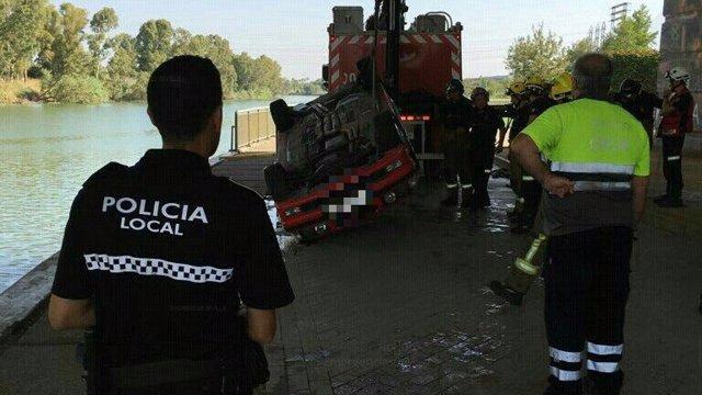 Imagen del coche tirado al río.