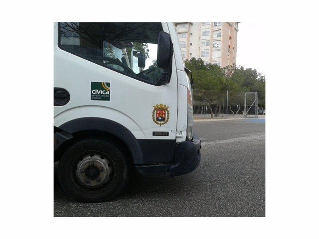 Un camión de Cívica, propiedad de Enrique Ortiz, en un colegio