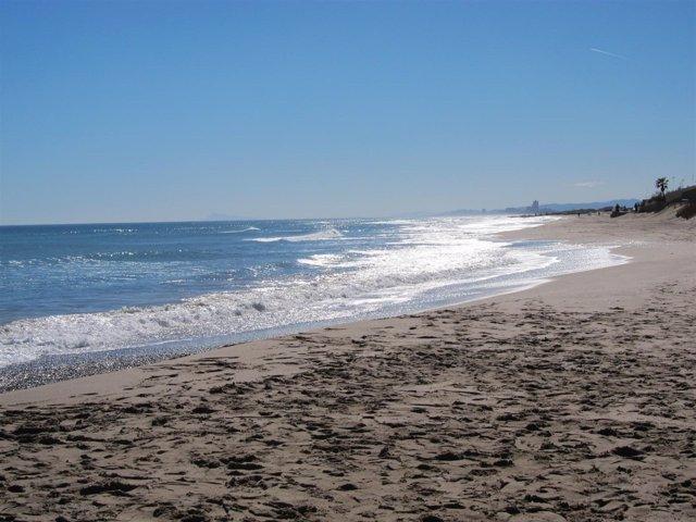 La falta de arena en la playa reduce el espacio entre las viviendas y el mar