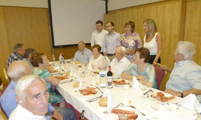 Visita de Varela a un encuentro de mayores en Cangas del Narcea.
