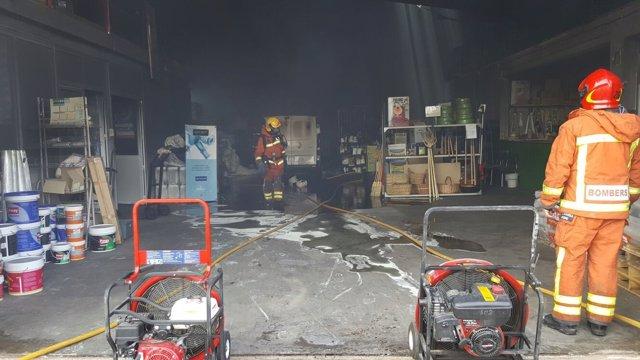 Incendio en una tienda almacén de productos agrícolas en Anna