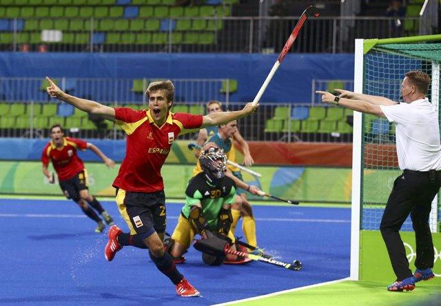 Álex Casasayas celebra un gol de la España de hockey hierba