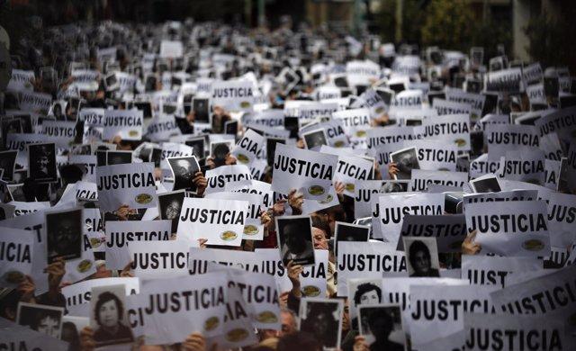 Manifestación en Buenos Aires por el atentado contra la AMIA.