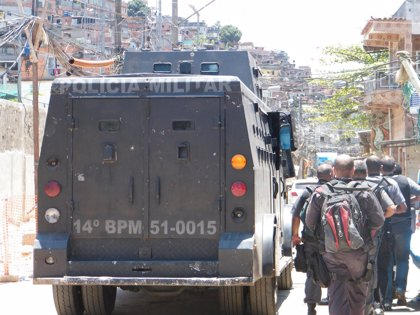 Autoridades brasileñas buscan a los sospechosos de disparar a tres agentes en Río
