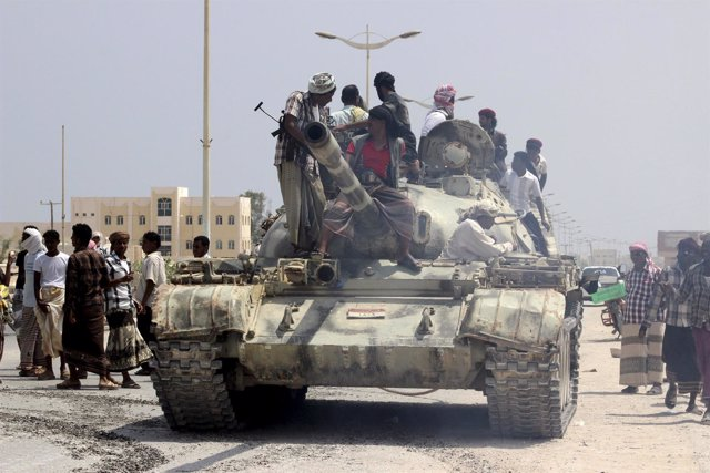 Milicianos sobre un carro de combate en el sur de Yemen