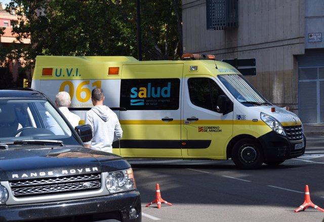 Ambulancia que ha atendido y trasladado este viernes al agresor.