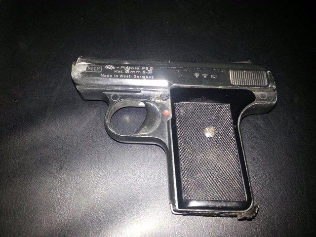Detenido en Alvedro por tenencia ilícita de armas