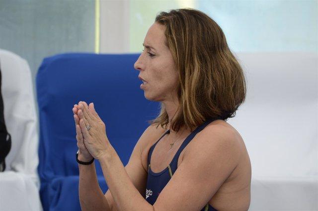 Gemma Mengual repasando el ejercicio fuera del agua, natación sincronizada