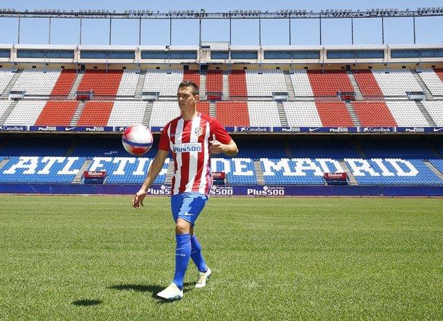 Santos Borré, presentado en el Atlético de Madrid