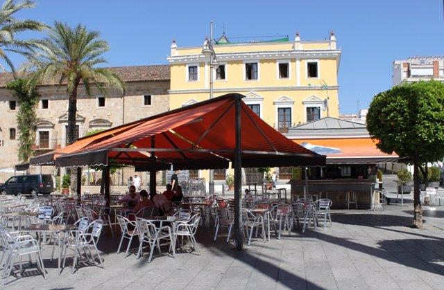Uno de los quioscos de la Plaza de España de Mérida