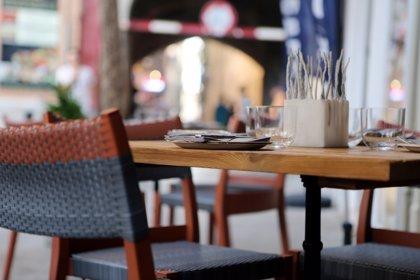 Salidas a restaurantes, ocio y factura eléctrica,los gastos que más recortan los españoles